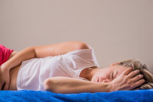 Imagem de mulher com dor simbolizando o câncer do colo do útero