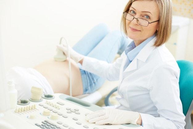 ultrassonografia sendo feita em mulher