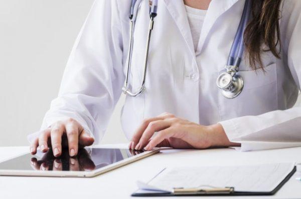 Médica indicando exames para mulheres