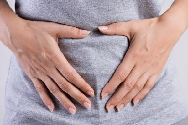 Mulher sentindo dor porque precisa fazer exame de endometriose