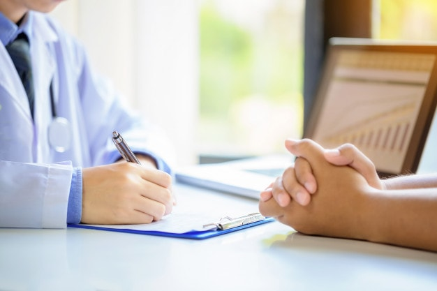Mulher fazendo exames que detectam câncer de mama