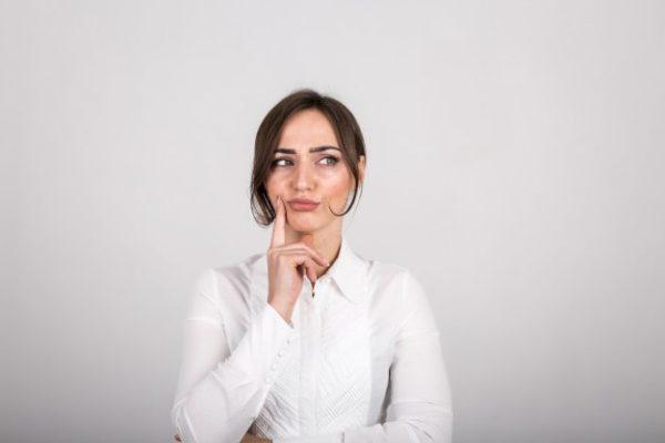 Mulher pensativa sobre os principais distúrbios na tireoide