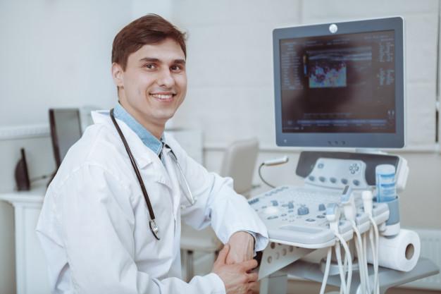 Médico com a máquina para fazer o exame ecodoppler venoso