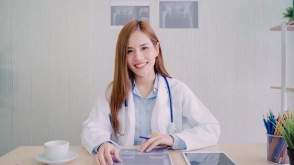 Médica que irá realizar o ultrassom transvaginal